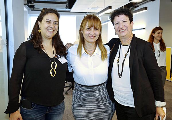 """מימין: ליאורה בן אפרים, מנמ""""רית בנק אגוד; איילה חכים, מנהלת חטיבת הטכנולוגיה בבנק מזרחי-טפחות; ותמי אוחנה-קול, מנהלת חטיבת הטכנולוגיות במגדל. צילום: ניב קנטור"""