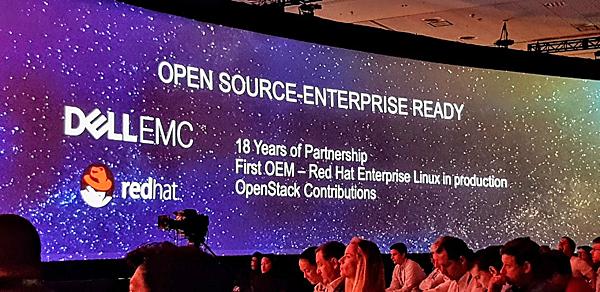 כל חברה שעורכת כנס מוביל צריכה את תמיכתם וחסותם של שותפיה. כאן, Dell-EMC מציגה, כשותפה מובילה של רד-האט. צילום: פלי הנמר