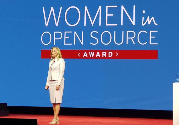 דיאנה אלכסנדר, סגנית נשיא ברד-האט, מכריזה בכנס השנתי, Red Hat Summit 2018, על על הזוכות בפרס נשים בקוד פתוח 2018. צילום: פלי הנמר
