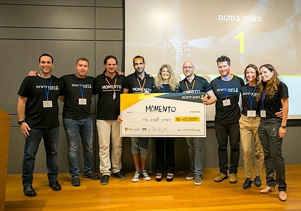 צוות ממנטו הזוכה עם שירה פאיאנס-בירנבאום, CMO&COO מיקרוסופט ישראל (במרכז), שהעניקה להם את הפרס. צילום: ויקי לוי