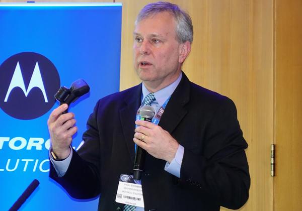 """פול סטיינברג, סגן נשיא בכיר ומנהל הטכנולוגיות הראשי של מוטורולה סולושנס, הרצה באירוע על """"הגורם האנושי: כיצד הטכנולוגיה תומכת במגיבי הקו הראשון של העתיד"""". צילום: פלי הנמר"""