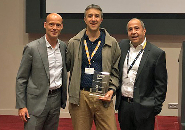 """מימין: פטריק עמר, מנהל תכנית EMEA OEM ISV בסאפ; נסטור כהן, מנהל תחום ניהול נתונים ב- NessPRO; וסטפן קוסטרס, מנהל בכיר בתחום ה-OEM בסאפ. צילום: יח""""צ"""