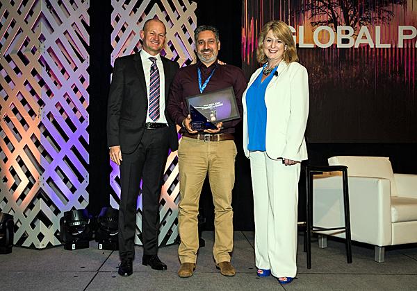 """מימין: שרה שילדס, מנהלת ערוצים בבריטניה ב-Dell-EMC, שהנחתה את הטקס; מוטי זמיר, סמנכ""""ל השיווק והמכירות של אואזיס; ומייקל קולינס, סגן נשיא בכיר לאזור EMEA ב-Dell-EMC. צילום: יח""""צ"""