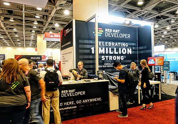 גאוות היחידה בעולם הקוד הפתוח: מיליון יישומים (ראו בהמשך) ומיליון מפתחים נרשמים חדשים, בכנס עצמו. צילום: פלי הנמר