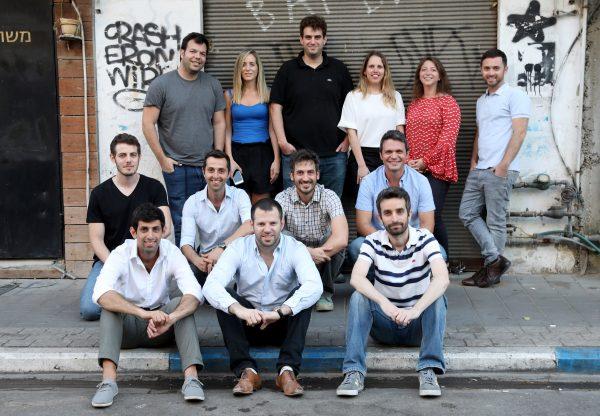 נציגי הסטארט-אפים החדשים שנבחרו יחד עם נעם ענבר, מנהלת תחום הסטארט-אפים של אורקל בישראל. צילום: עזרא לוי