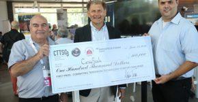 """הזוכים בתחרות, מעוז בן ארי וד""""ר אורי גבאי מהסטארט-אפ CardioScale, יחד עם גדעון מילר יו""""ר התחרות. צילום: דרור סיתהכל"""