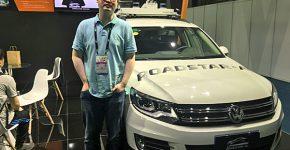"""שיאנצ'או טונג', מנכ""""ל ומייסד במשותף של Roadstar AI, ליד רכב עם הטכנולוגיה של החברה בכנס CES Asia. צילום: אבי בליזובסקי"""