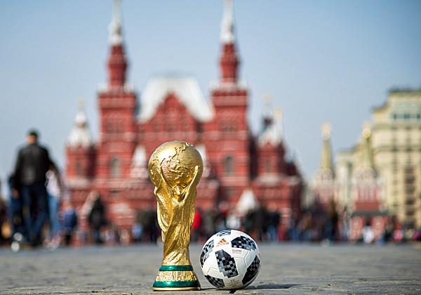 גביע העולך והטלסטאר 18 של אדידס על רקע הכיכר האדומה במוסקבה. צילום: BigStock