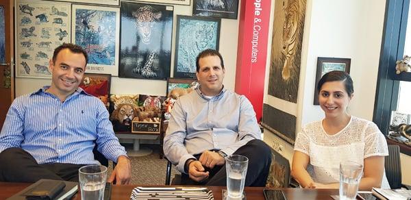 """באו לבקר במאורת הנמר: לירון ולטר, מנהלת מחלקת השיווק ל-CORP ול-SME ב-HOT; אילן ברוק, סמנכ""""ל החטיבה העסקית של החברה; ומוטי אלבז, מנהל אגף השיווק ללקוחות עסקיים. צילום: פלי הנמר"""