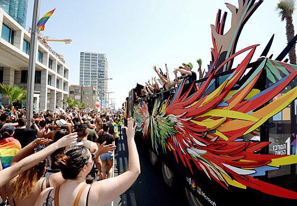 """משאית הנוצות של מיקרוסופט במצעד הגאווה בתל אביב בשנה שעברה. צילום: יח""""צ"""