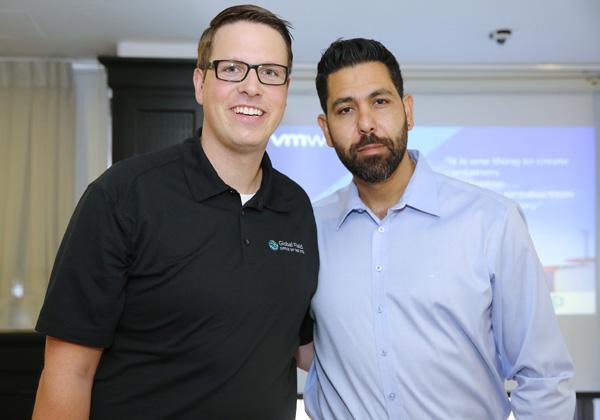 """מימין: אבי יושעי, סמנכ""""ל טכנולוגיות אזורי ומנהל גוף ההנדסה ב-VMware, וביורן ברונדרט, מהנדס מערכות בכיר בחברה. צילום: ניב קנטור"""