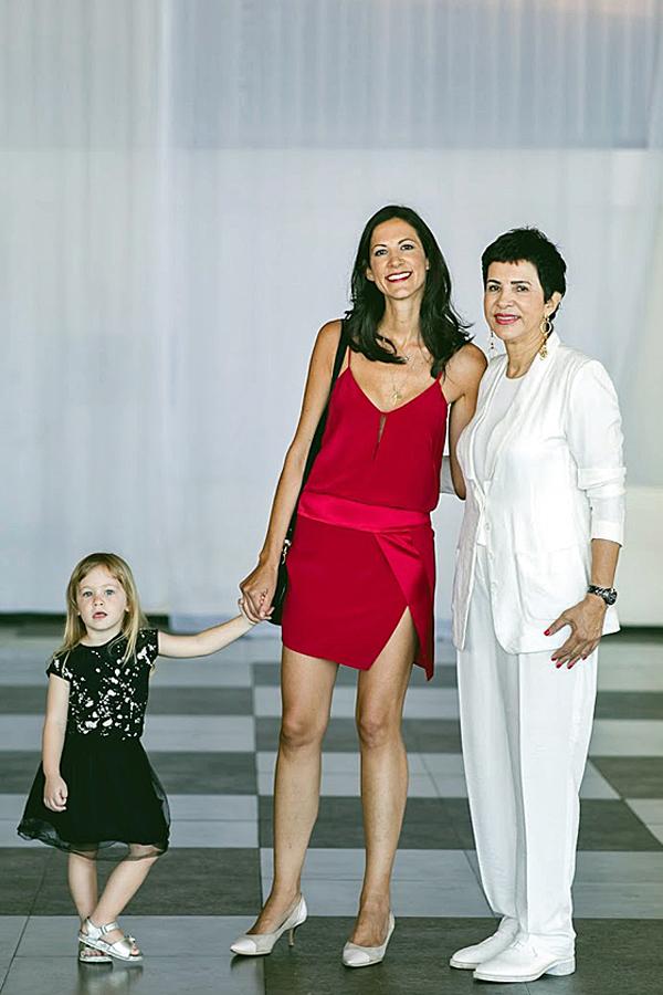 מימין: סבתא קוסמת, אימא גורה ולילה נסיכה