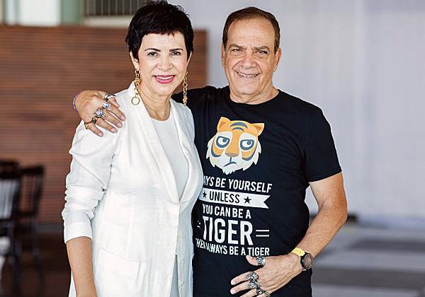 הזוג: הקוסמת ואיתו הנמר בחולצת T ייחודית עם הכיתוב Always be Yourself unless you cab be a Tiger then always be a Tiger