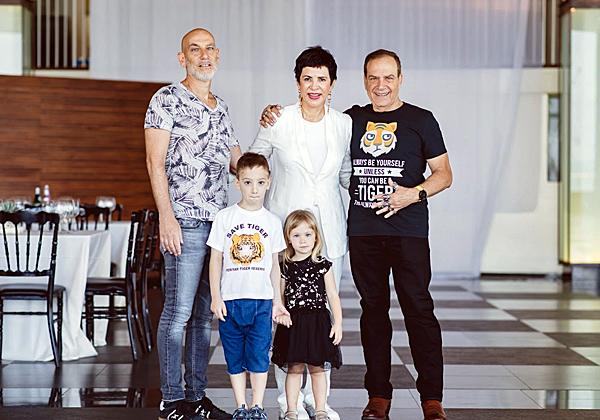 ראשונים הגיעו בני המשפחה. מימין: הנמר, הקוסמת, אלוף בן, בן זוגה של דנה, והנכדים המקסימים:, לילה וליאון