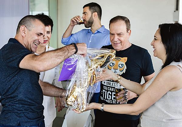 """אורחים חרוצים ראשונים מגיעים: אילן יהושע, מנכ""""ל Arrow ECS ישראל, עם מתנת הנמר המוזהב. ברקע: ביג-בן הבן"""