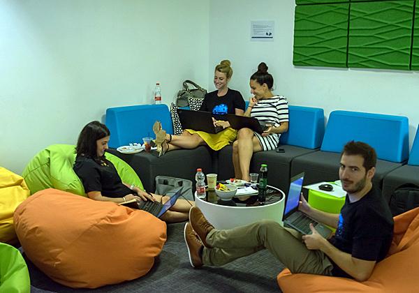 ודאי היה ליזמים נוח לשבת ולפתח על הפופים והספה הנוחה במשרדי ServiceNow. צילום: נועה להב