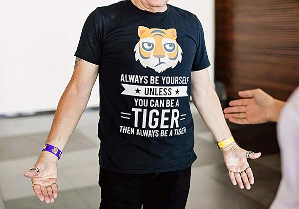 פלי הנמר עם חולצת ה-T המנומרת, פרוסה כהלכה...