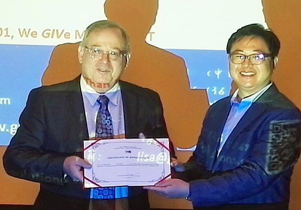 "מימין: הו לי, יו""ר ועידת 7WCSM, ומאיר גבעון,מנכ""ל GIV Solutions. צילום: מאיר שטיינהאוז"