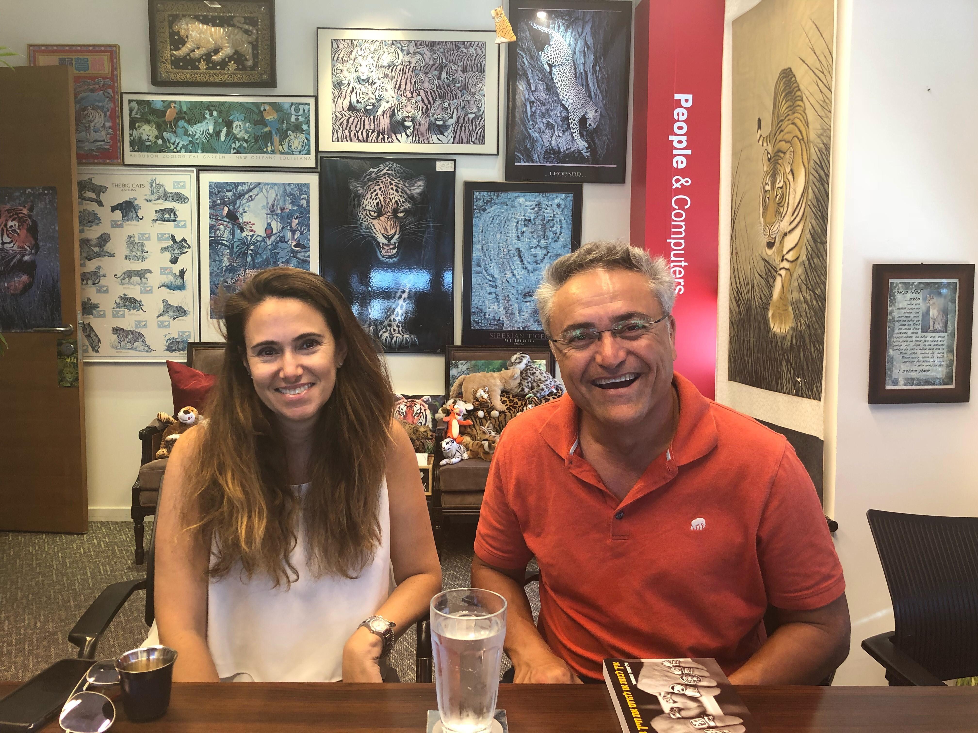 באו לבקר במאורת הנמר: אבי לובטון, מנהל דסק אסיה ברשות החדשנות, ושירלי רפואה, מנהלת קרן סינגפור-ישראל. צילום: בן פלד