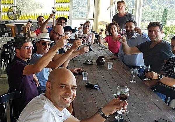 """חברי הצוות טועמים יין ביקב של קיבוץ צובה. צילום: יח""""צ"""