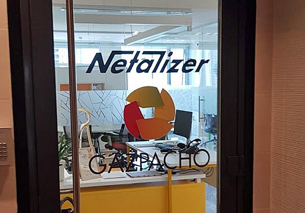 דלת הכניסה עדיין נושאת את השם הוותיק של החברה, נטאלייזר, ולצידו את השם החדש, גספצ'ו. צילום: פלי הנמר