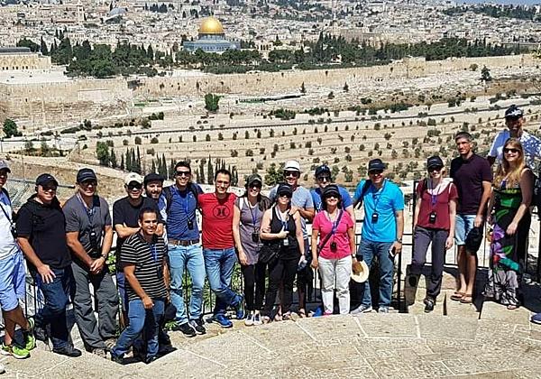 """צוות השיווק והמכירות של אינפינידט בתצפית אבשלום בירושלים. צילום: יח""""צ"""