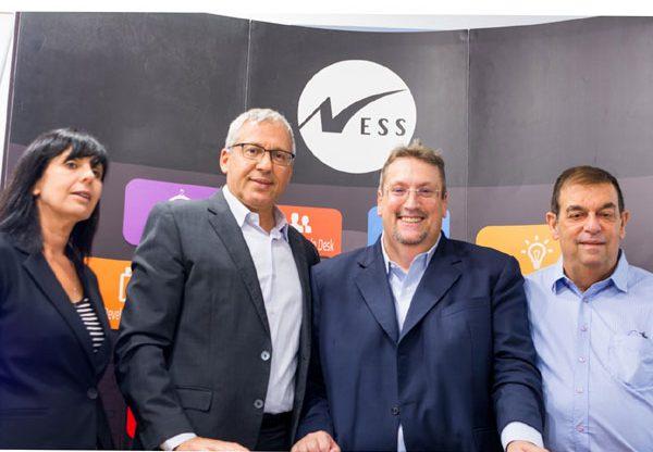 """מימין לשמאל: דדי דבורסקי, סגן נשיא בכיר של נס ומנהל NessPRO; מארק בארנצ'י, סגן יו""""ר, מנכ""""ל והמנהל הטכנולוגי הראשי של OpenText; שחר אפעל, נשיא נס; דגנית לוי, מנהלת חטיבת פתרונות עסקיים ב-NessPRO בעת חתימת ההסכם בין NessPRO ל-OpenText. צילום: יח""""צ"""
