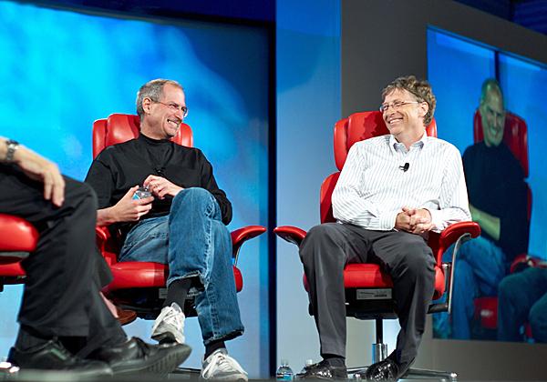 ביל גייטס וסטיב ג'ובס על במה אחת - עשור לאחר הסכם השלום ביניהם. צילום: ג'וי איטו, מתוך ויקיפדיה