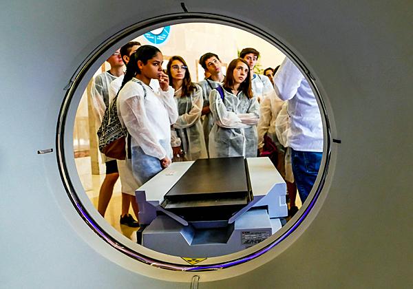 התלמידים שומעים אודות הטווין CT של פיליפס. צילום: צבי רוגר