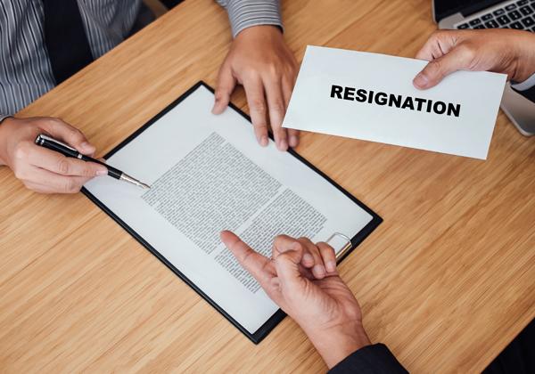 הגשת מכתב התפטרות? יש מקרים שבהם ייראו בכך כפיטורים (לפחות לצורך קבלת פיצויים ודמי אבטלה). צילום אילוסטרציה: BigStock