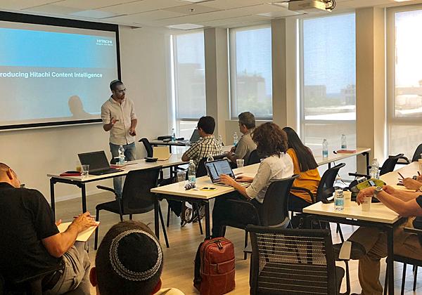"""שניר פולק, מומחה פתרונות תוכן בהיטאצ'י ונטרה, מספר למשתתפים אודות הפתרון Hitachi Content Intelligence. צילום: יח""""צ"""