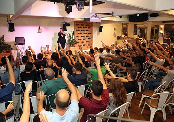 אמן החושים נמרוד הראל מפעיל את קסמיו על הקהל. צילום: בלה מזמר