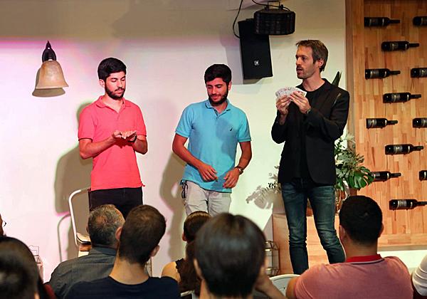 דניאל דריי ודביר לוי, מומחי סיסטם ב-Comm-IT, בפעילות עם אמן החושים נמרוד הראל. צילום: בלה מזמר