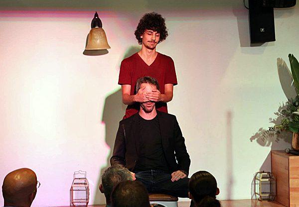 אמן החושים נמרוד הראל עם אלון אלדר, מתכנת ב- Comm-IT. צילום: בלה מזמר