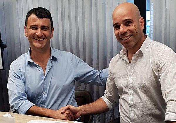 """מימין: שימי עזריה, מנכ""""ל Howazit, ויוסי חיימוב, מנכ""""ל פרודוור ישראל. צילום: יח""""צ"""