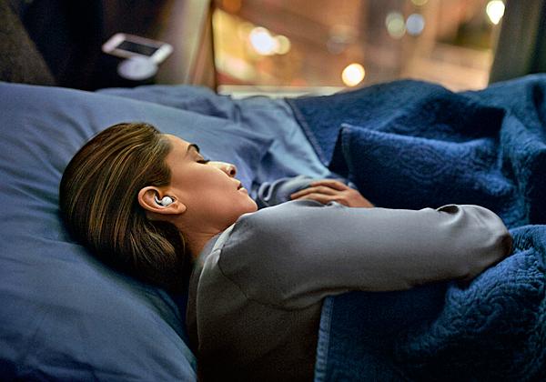 """שקט, ישנים. האוזניות החדשות של Bose. צילום: יח""""צ"""