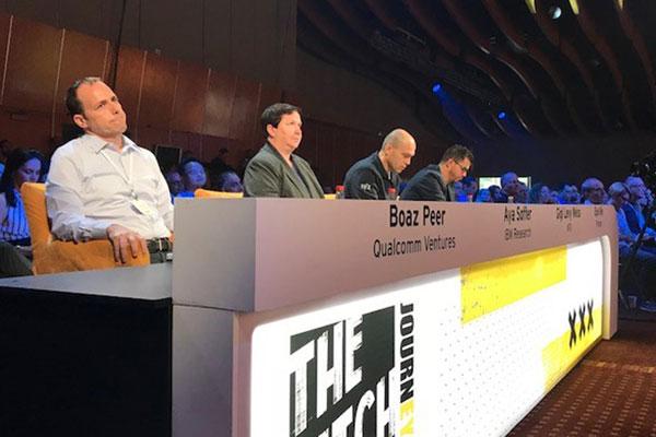 """מימין לשמאל, פאנל השופטים: בועז פאר, מנהל השקעות בקוואלקום, ד""""ר איה סופר, סמנכ""""לית בינה מלאכותית ביבמ; גיגי לוי, משקיע פרטי סדרתי ושותף בקרן NFX; אייל ניב, שותף בפיטנגו. צילום: רלי כהן"""