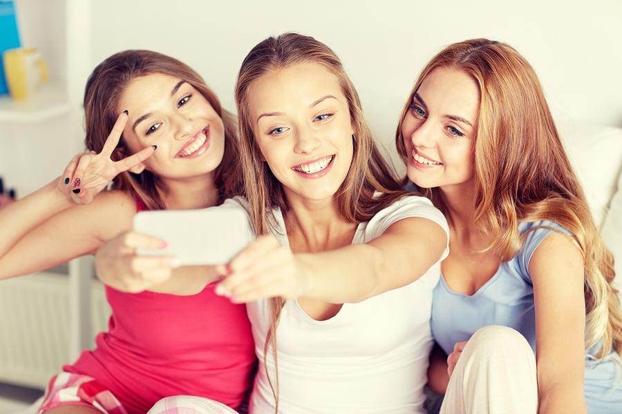 """נערות מעלות סלפי לאינסטגרם - הרשת החברתית הנפוצה ביותר בשימוש בני נוער בארה""""ב. צילום: BigStock"""