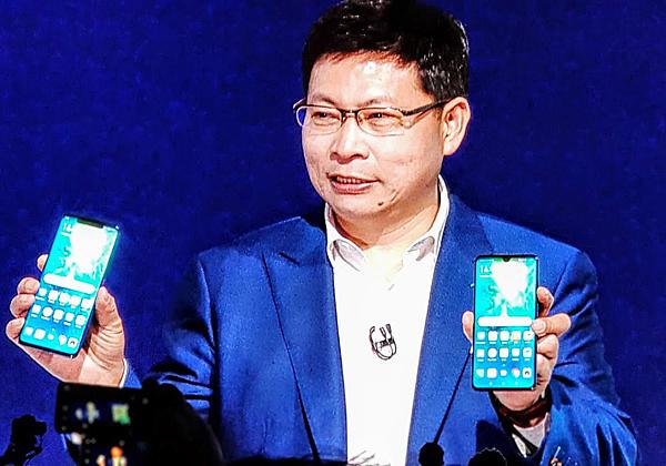 ריצ'ארד יו, מנהל חטיבת מוצרי המובייל בוואווי, מציג את המכשירים החדשים. צילום: פלי הנמר
