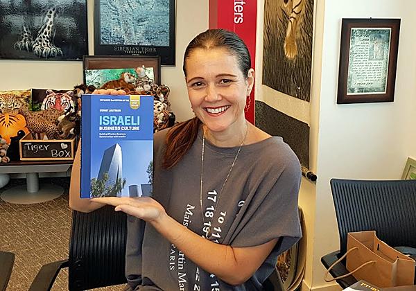 באה לבקר במאורת הנמר: אוסנת לאוטמן, הבעלים של OLM-Consulting ומחברת הספר Israeli Business Culture. צילום: פלי הנמר