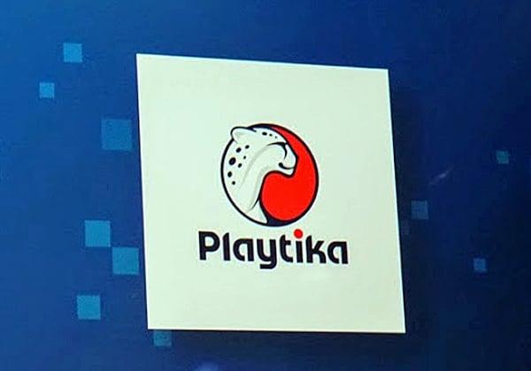 הלוגו של פלייטיקה על בימת הכנס בברצלונה. צילום: פלי הנמר