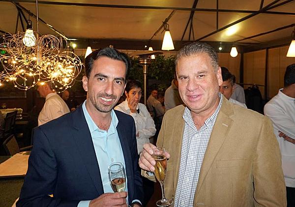 """מימין: שמוליק ענתבי, מנהל בכיר לאזור MEE + ב-VMware, ואלי שקד, מנכ""""ל VMware ישראל. צילום: פלי הנמר"""