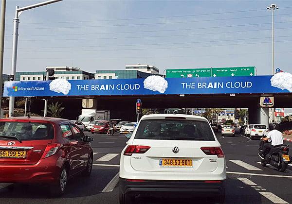 """שלט הקמפיין של מיקרוסופט על גשר בהרצליה. צילום: יח""""צ"""