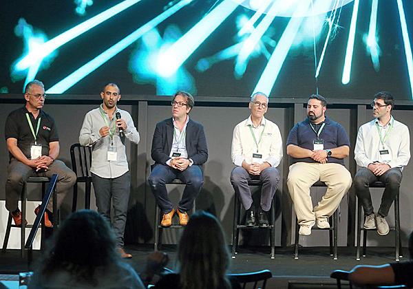 פאנל שותפי זהב. מימין: אריק מורנו, מומחה vSAN אזורי ב-VMware; ניר שילוני, ארכיטקט פתרונות ב-תים; מארק פרידמן, CTO ב-TeraSky; מאסימיליאנו קפוצ'טי, מנהל פריסייל בקוואנטום; חן ראובן, מנהל פתרונות בכיר בנט-אפ; ו-ולדימיר זבודשיקוב, מהנדס מכירות בטרנד מיקרו ישראל. צילום: ניב קנטור