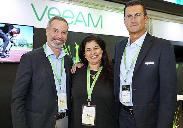 """מימין: אלברט זמר, סמנכ""""ל מכירות לדרום EMEA ב-Veeam; ורד ליברמן, מנהלת אזורית ב-Veeam; ואליסיו די בנדיטו, מנהל פריסייל לדרום EMEA בחברה. צילום: ניב קנטור"""