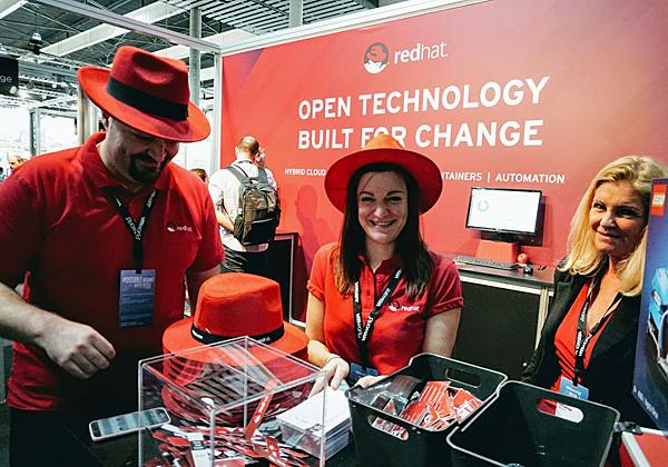 כובעים אדומים של רד-האט בכנס משתמשי VMware בברצלונה. צילום: פלי הנמר