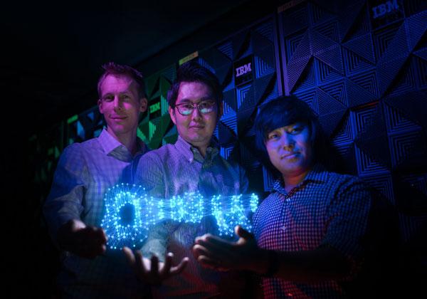 צוות חוקרי הצפנה ואבטחה במעבדת יבמ. מימין לשמאל: דילונג קיראט, יונג ג'אנג ומארק סטוקלין, יבמ. צילום: יח