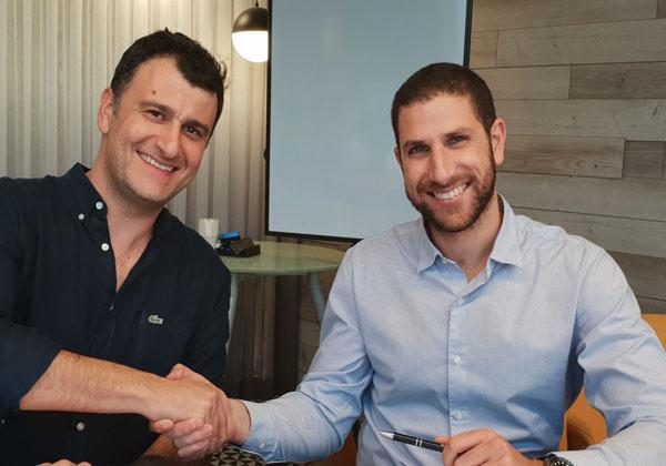 """מימין לשמאל: אמיר אליחי, מייסד ומנכ""""ל Carbyne, ויוסי חיימוב – מנכ""""ל פרודוור ישראל בעת חתימת ההסכם בין שתי החברות. צילום: יח""""צ"""