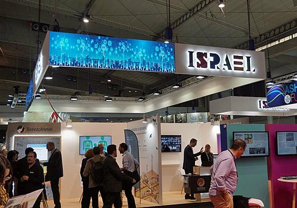 אחד הביתנים הישראליים בתערוכת Smart Cities בברצלונה. משך התעניינות רבה - בעיקר בגלל הטכנולוגיה, אבל גם בגלל המצב. צילום: פלי הנמר