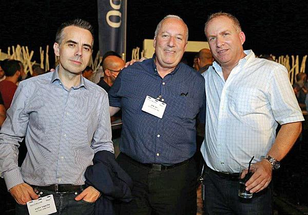 """מימין: מורן ג'רסי, מנכ""""ל SecureWave; דודי אילן, מנהל המכירות הארצי של פאלו אלטו; ואלכס דלקייר, מנהל SE בפאלו אלטו. צילום: ניב קנטור"""